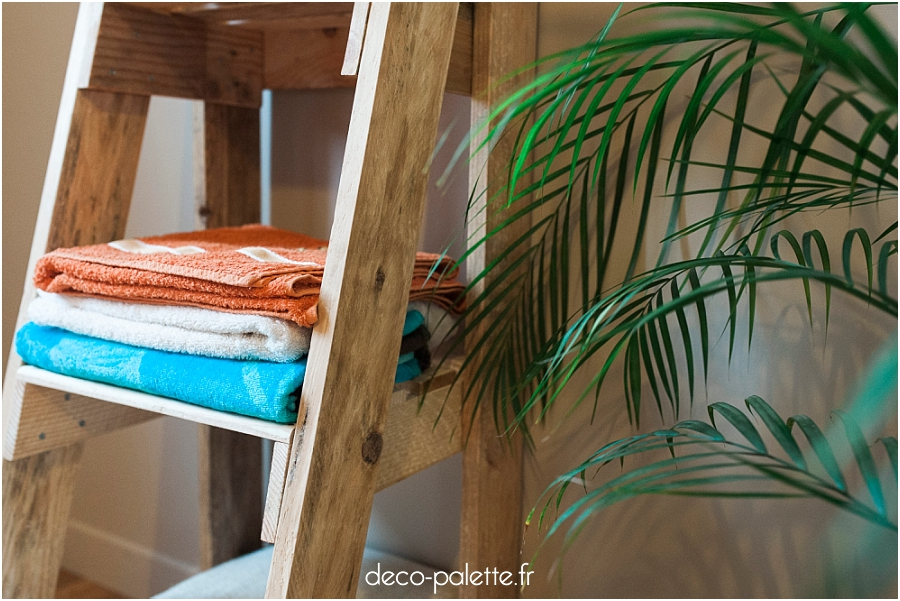 atelier de fabrication de meubles en palettes une tag re escalier deco palette. Black Bedroom Furniture Sets. Home Design Ideas